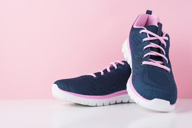 Пара женской спортивной обуви, крупным планом