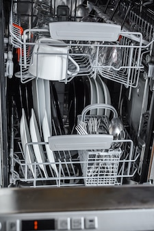 食器洗い機で洗った後に皿をきれいにする。