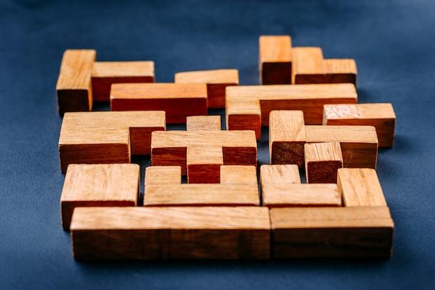暗い背景にさまざまな幾何学的図形の木製ブロック
