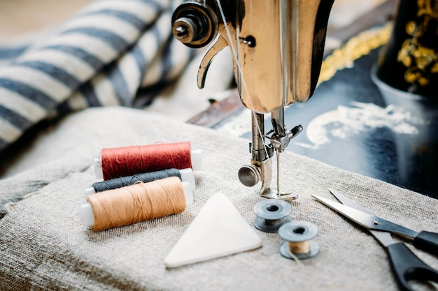 古いビンテージ手ミシン、裁縫用具、アクセサリーのクローズアップ