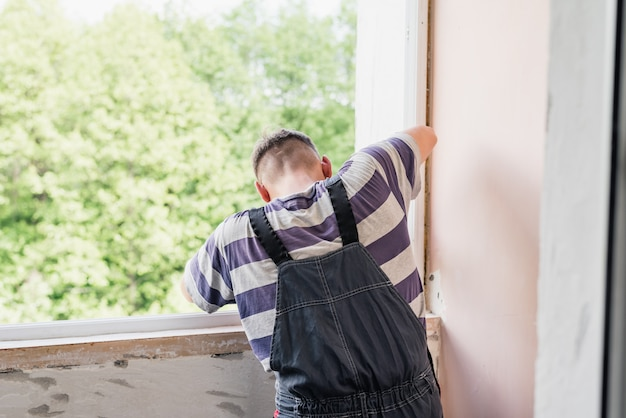 家の窓を修復する男性労働者を処理、クローズアップ