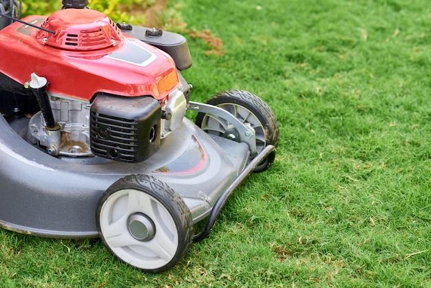 庭の緑の芝生の芝生の発動機をクローズアップ