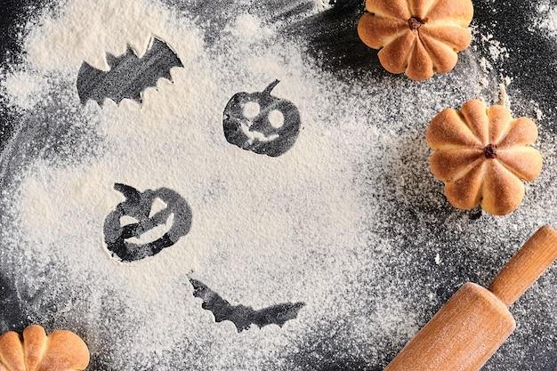 Смешная еда для хэллоуина. домашние сладкие пирожные в форме тыквы