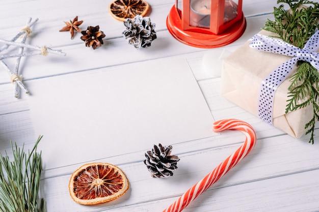 クリスマスの組成を持つ白い空白のシート