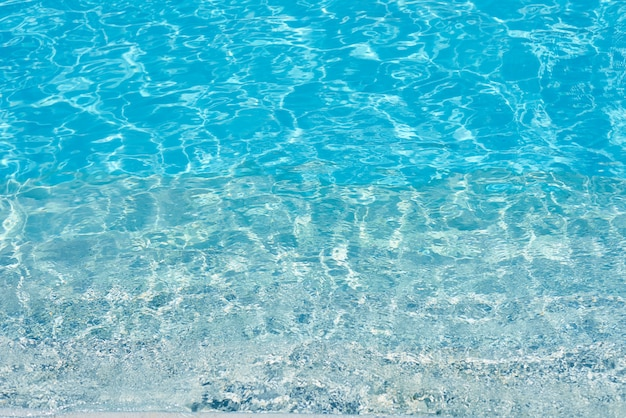 青いプール、太陽の反射で水面の水の背景