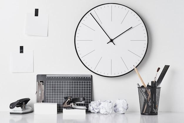 事務用品と白の壁時計