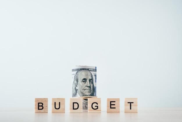 Свернутые купюры и бюджет слова