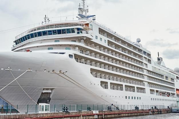 Белый круизный лайнер пришвартовался в порту