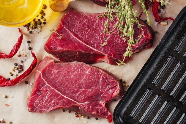 新鮮な生の牛肉ステーキスライスとスパイスとオリーブオイルで調理の準備ができて