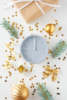目覚まし時計と白のプレゼントでクリスマスの装飾