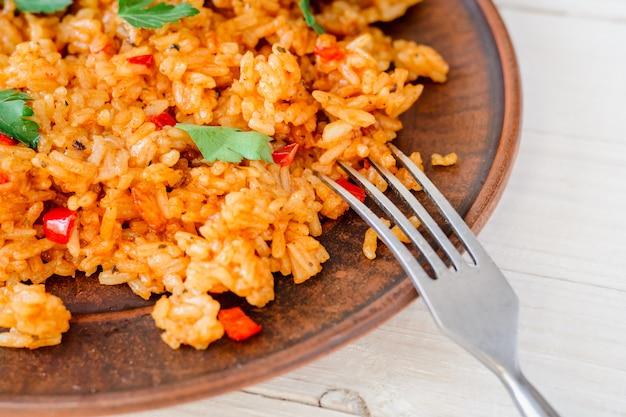 Жареный рис с овощами и печеной курицей