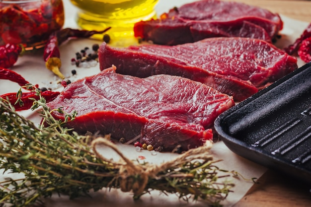 スパイスとオリーブオイルで調理した新鮮な生の牛肉ステーキスライス
