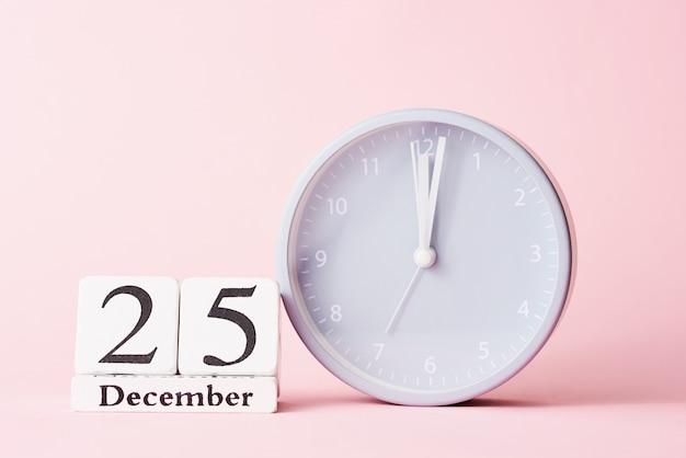 ピンクの目覚まし時計でクリスマス