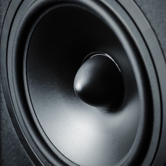 Мембранный звук динамика на черном, крупный план