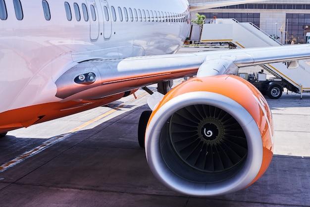 空港で飛行機のエンジンタービンをクローズアップ