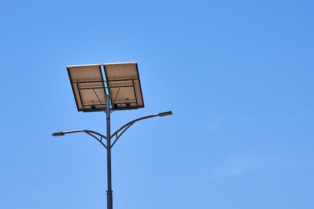 青い空に対して街路灯のソーラーパネル。太陽の概念からの代替エネルギー