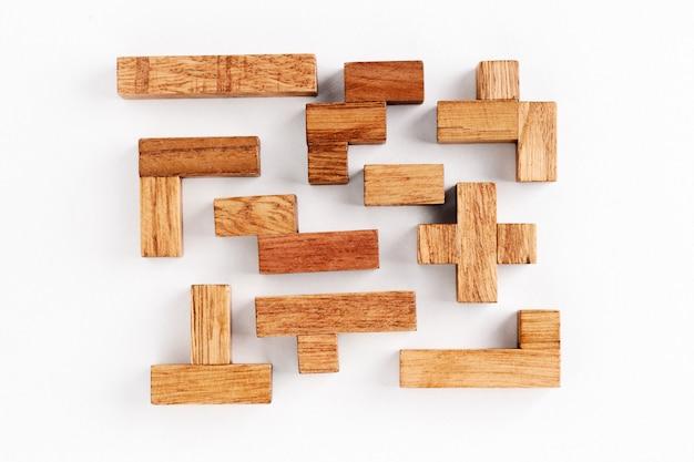 白い背景の上のさまざまな形の木製ブロック