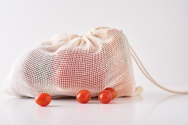 Ноль отходов концепции. свежие органические овощи в сумке ткани на белой предпосылке.