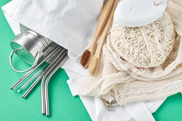 廃棄物ゼロのコンセプト。自然な買い物袋に入った環境に優しい再利用可能なアイテム。