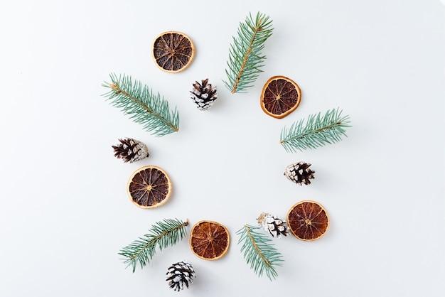 松ぼっくりとモミの木で作られたクリスマスの背景