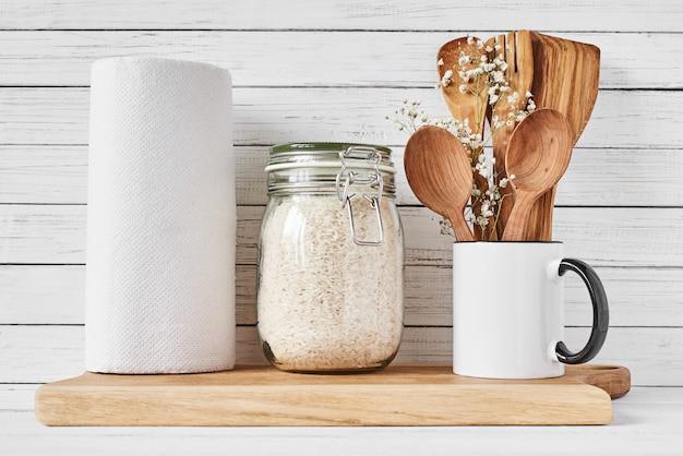 キッチンツールと白いテーブルにまな板