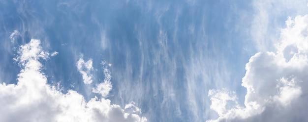 ふわふわの雲と青い空を背景