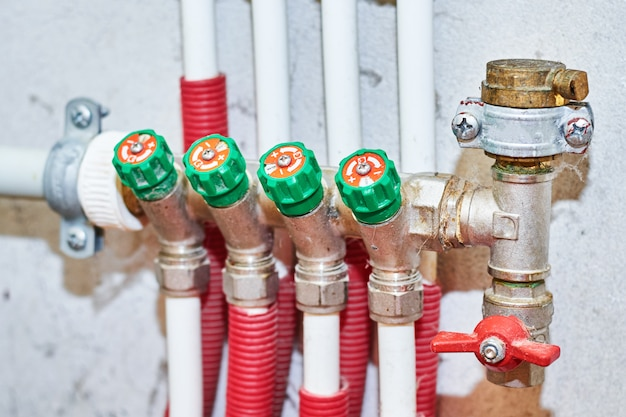 暖房および給水システムの温水および冷水用のパイプおよびバルブ