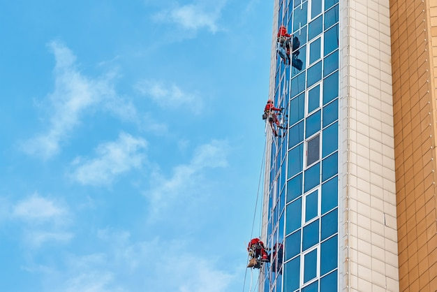 産業登山家のグループは、屋外の近代的な建物に取り組んでいます