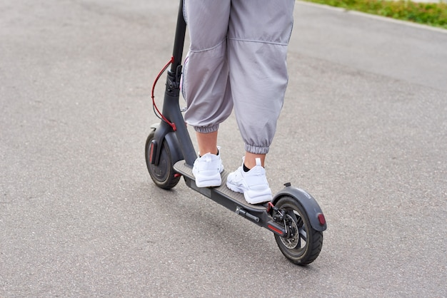 市内の電動スクーターで運転する男のクローズアップ