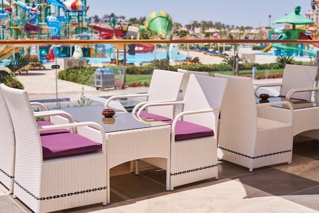 Пустая терраса со столом и стульями на открытом воздухе в летний день