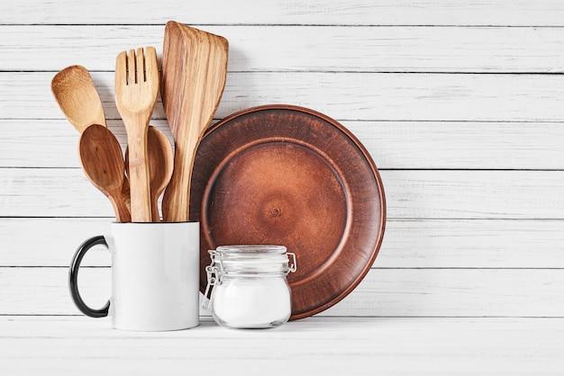 カップと白地に茶色の皿の台所用品