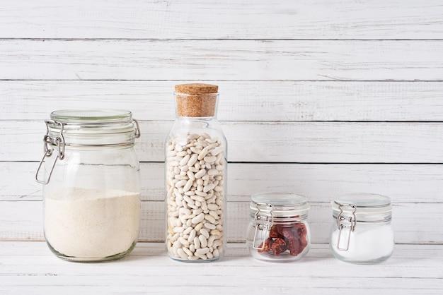 台所用品は、食材を入れた再利用可能なガラス容器で表面化します。廃棄物ゼロのコンセプト