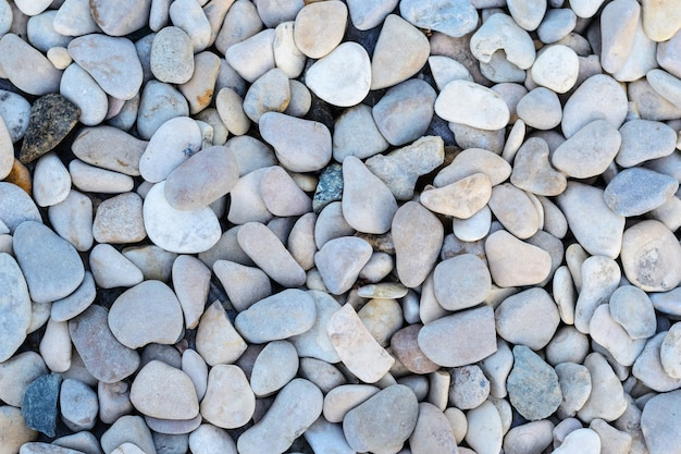 丸い海の石と抽象的な背景