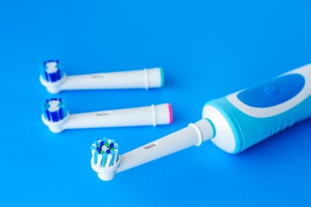 青い背景に電動歯ブラシ