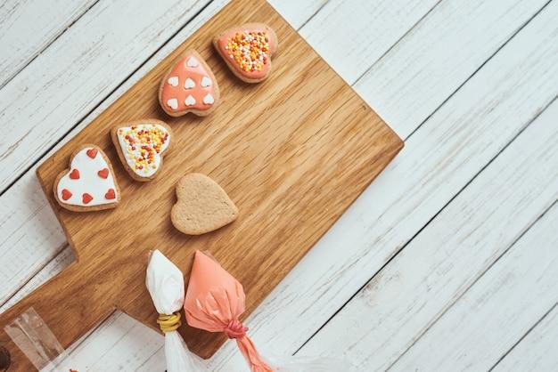 テーブルの上のアイシングで飾られたジンジャーブレッドクッキー