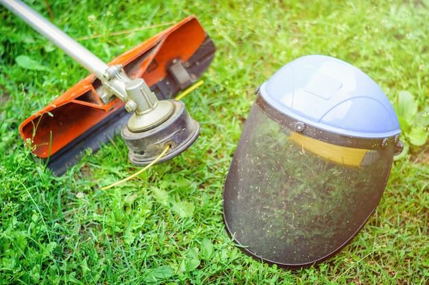 草の上のトリマーと防護マスク