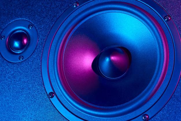 Звук аудио динамика с неоновыми огнями. динамический монитор крупным планом. креативный фон