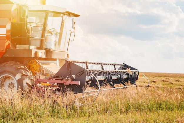 フィールドで働くコンバイン農業機械をクローズアップ