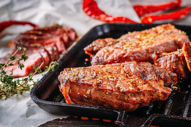 フライパンで焼きビーフステーキ、クローズアップ