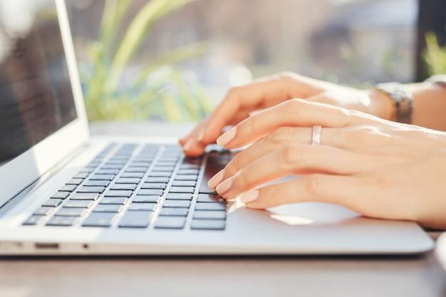 カフェのコンピューターで働く女