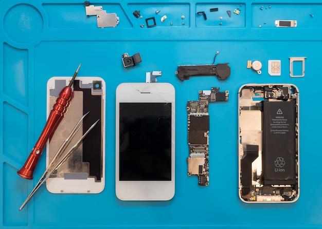 壊れたスマートフォンを修理のために解体する