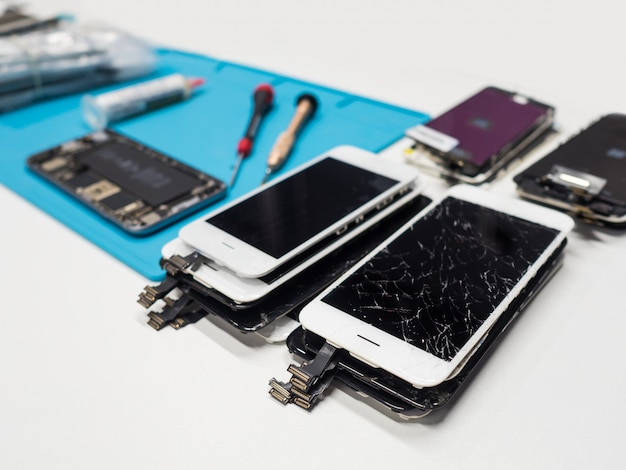 ひびの入ったスマートフォンの画面のグループ