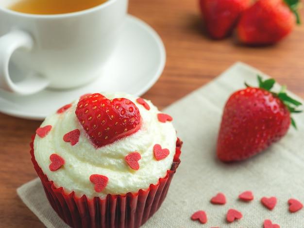 赤いベルベットストロベリーカップケーキ