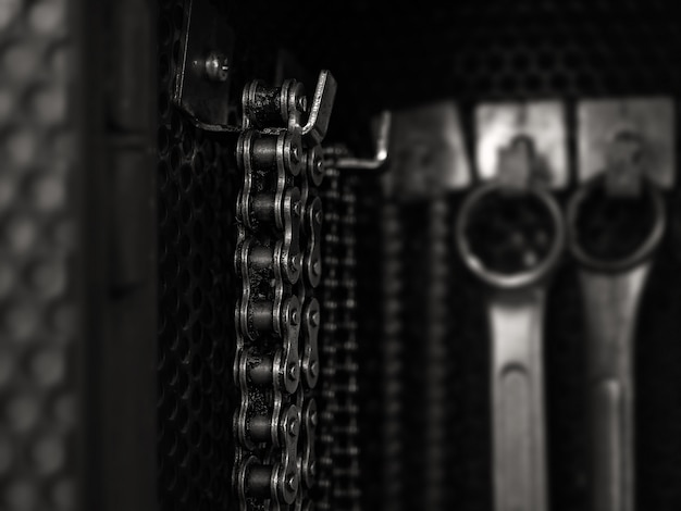 Старая грязная цепь висит на инструментальной доске