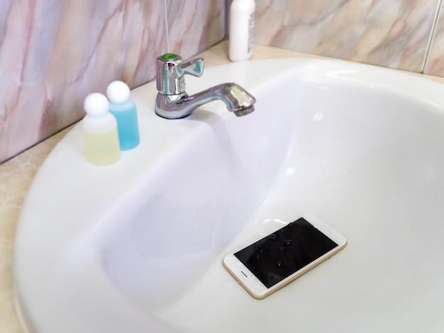 ウォータークローゼット内の水害スマートフォン