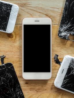 独自のひびの入った画面に囲まれたスマートフォン