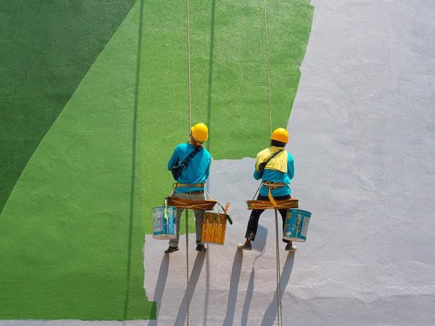 建物の外観を描く画家