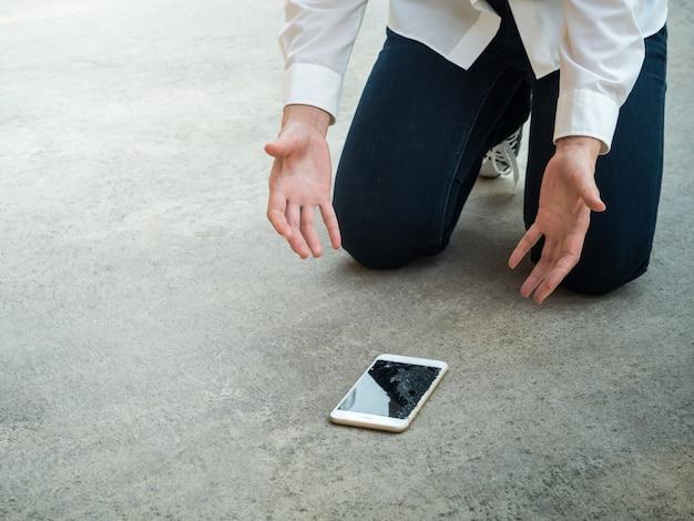 Человек упал смартфон на пол