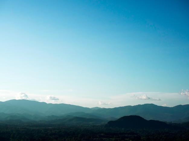 晴れた空とタイ北部の山