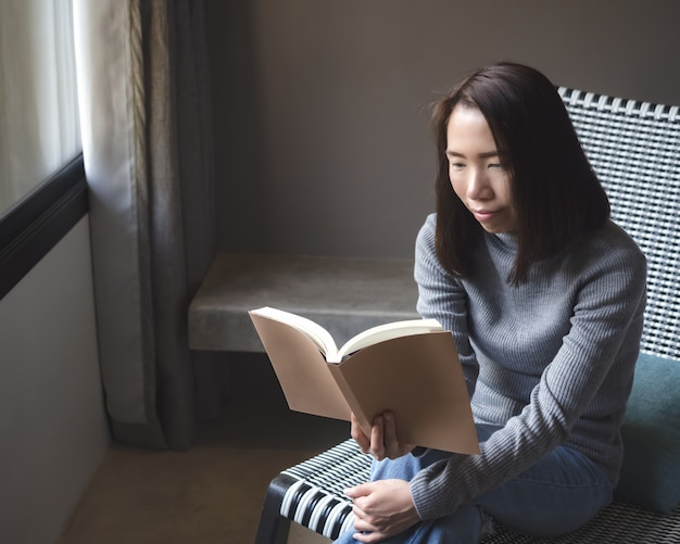 家の中のアジア女性のライフスタイル